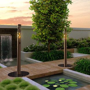 Geometrischer, Großer Moderner Garten im Innenhof im Sommer mit Feuerstelle, direkter Sonneneinstrahlung und Dielen in Toronto