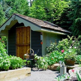 Réalisation d'un jardin potager arrière tradition de taille moyenne et l'été avec une exposition ensoleillée et un gravier de granite.