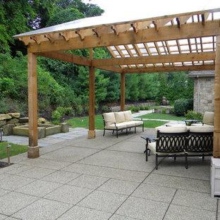 Ejemplo de jardín clásico, de tamaño medio, en verano, en patio trasero, con brasero y exposición total al sol