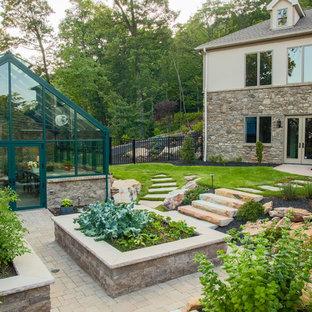 Foto de jardín clásico, en patio trasero, con exposición total al sol y huerto