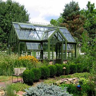 Пример оригинального дизайна: солнечный участок и сад на заднем дворе в классическом стиле с освещенностью и покрытием из каменной брусчатки