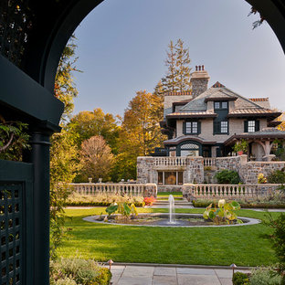 Esempio di un giardino vittoriano dietro casa con fontane