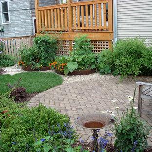 Foto di un orto in giardino classico dietro casa con pavimentazioni in mattoni
