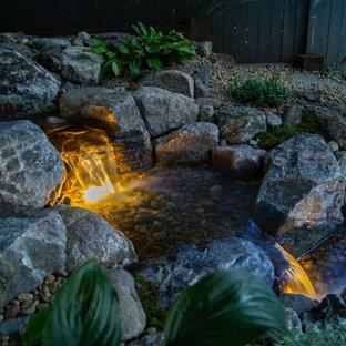 Idéer för mellanstora rustika trädgårdar i skuggan vattenfall på sommaren
