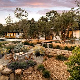 Geometrischer, Großer Mid-Century Garten hinter dem Haus mit Gartenweg, direkter Sonneneinstrahlung und Betonplatten in Santa Barbara