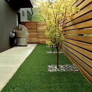 Esempio di un giardino minimal nel cortile laterale con recinzione in legno