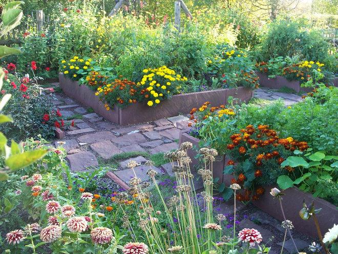 Traditional Landscape by Dear Garden Associates, Inc.