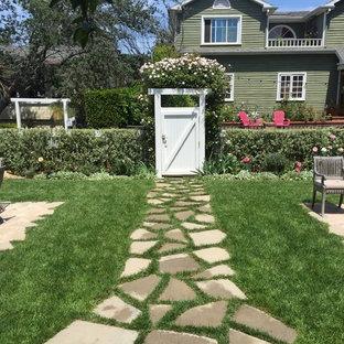 На фото: со средним бюджетом большие геометрические, весенние участки и сады на заднем дворе в морском стиле с садовой дорожкой или калиткой, полуденной тенью и покрытием из каменной брусчатки