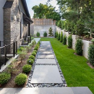 Geometrischer, Halbschattiger Moderner Garten im Sommer, neben dem Haus mit Gartenweg und Natursteinplatten in Washington, D.C.