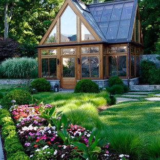 Inspiration pour un grand jardin à la française traditionnel avec des pavés en béton et un massif de fleurs.
