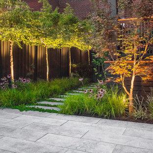 モントリオールの小さい、夏のモダンスタイルのおしゃれな庭 (半日向、天然石敷き) の写真