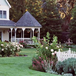 Idee per un grande giardino formale vittoriano esposto in pieno sole dietro casa in primavera con un ingresso o sentiero