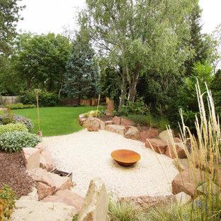 Großer, Halbschattiger Moderner Kiesgarten mit Kamin in Sonstige