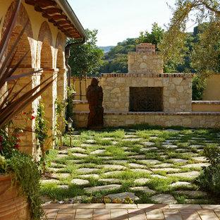 Mediterraner Garten mit Kamin in Orange County