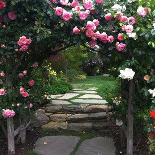 Idee per un giardino formale chic in ombra di medie dimensioni e dietro casa con un ingresso o sentiero e pavimentazioni in pietra naturale