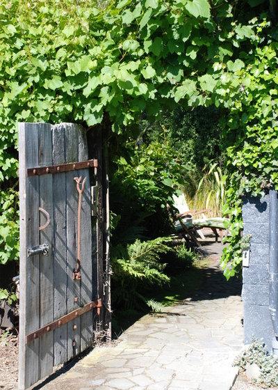 Rustic Garden by Earthwork Landscape Architects