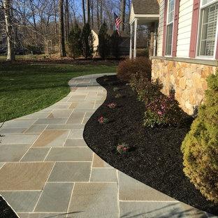 Ejemplo de camino de jardín clásico, grande, en otoño, en patio delantero, con exposición total al sol y adoquines de piedra natural