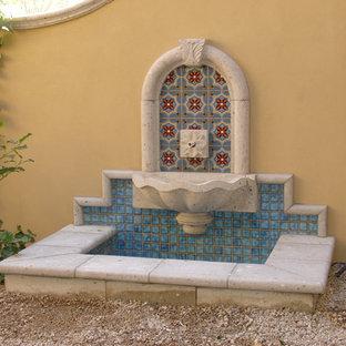 Imagen de jardín clásico, de tamaño medio, en patio trasero, con fuente