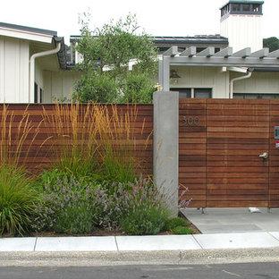 Réalisation d'un petit jardin avant minimaliste l'automne avec une entrée ou une allée de jardin, une exposition ensoleillée et un paillis.