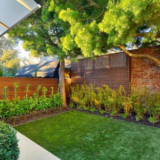 Ispirazione per un piccolo giardino formale design dietro casa con un giardino in vaso