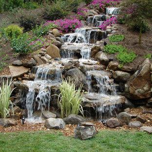 Geometrischer, Mittelgroßer, Halbschattiger Klassischer Garten im Herbst, hinter dem Haus mit Natursteinplatten und Wasserfall in Nashville