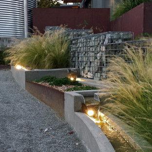 Moderner Garten mit Wasserspiel in Seattle