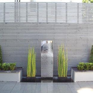 ウエストミッドランズのモダンスタイルのおしゃれな庭 (天然石敷き) の写真