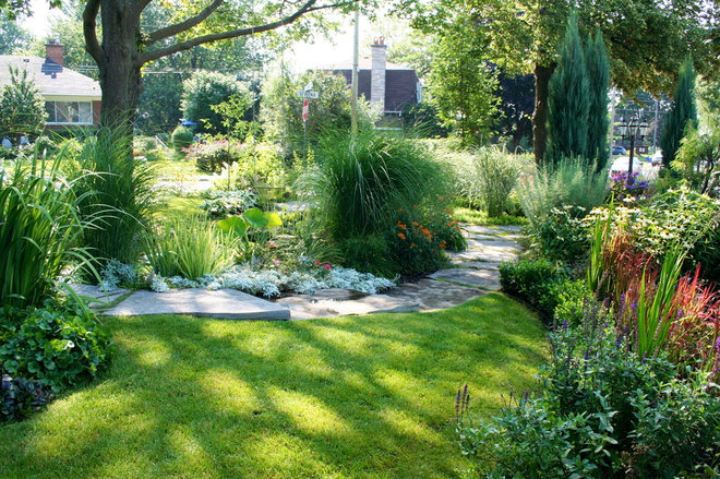 Traditional Landscape by TOPIA solutions jardins