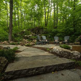 Geometrischer, Großer, Halbschattiger Moderner Garten im Sommer, hinter dem Haus mit Kamin und Natursteinplatten in Toronto