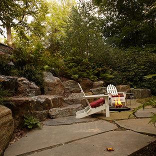 Стильный дизайн: большой геометрический, тенистый участок и сад на заднем дворе в классическом стиле с покрытием из каменной брусчатки и камнем в ландшафтном дизайне - последний тренд