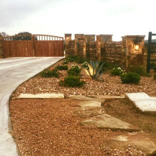 Idéer för en stor rustik uppfart i full sol framför huset, med grus