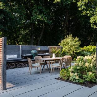 Halbschattiger Klassischer Garten neben dem Haus mit Sichtschutz und Natursteinplatten in Boston