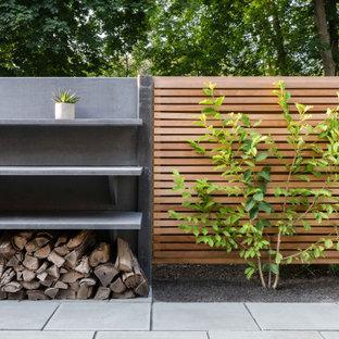 Idée de décoration pour un jardin latéral tradition avec des solutions pour vis-à-vis, une exposition partiellement ombragée et des pavés en pierre naturelle.