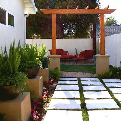 Photo of an asian side yard landscaping in Los Angeles.