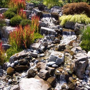 Exemple d'un jardin montagne avec une cascade et des galets de rivière.