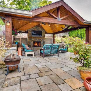 Klassische Gartenkamin hinter dem Haus in Portland