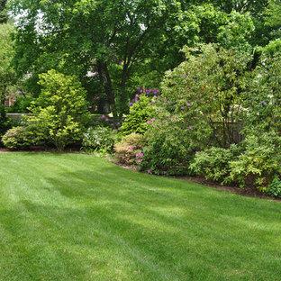 Modelo de jardín tradicional, grande, en primavera, en patio trasero, con exposición parcial al sol