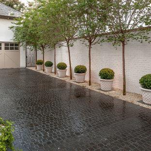 Aménagement d'une allée carrossable classique de taille moyenne avec une exposition partiellement ombragée et des pavés en pierre naturelle.