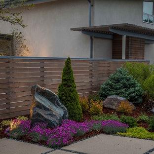 Großer, Geometrischer Moderner Vorgarten im Sommer mit direkter Sonneneinstrahlung, Betonplatten und Steindeko in Denver