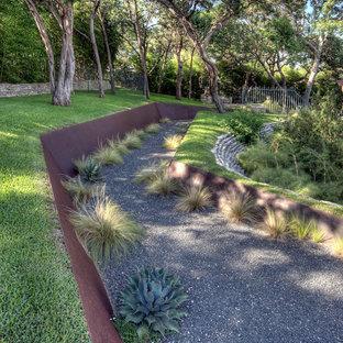 Пример оригинального дизайна: участок и сад в стиле лофт с подпорной стенкой