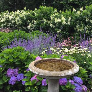 Idee per un piccolo giardino xeriscape stile marinaro esposto in pieno sole davanti casa in estate con un ingresso o sentiero