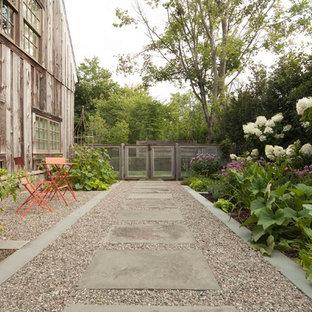 Idee per un piccolo giardino country esposto in pieno sole con un ingresso o sentiero