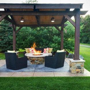 Mittelgroßer, Halbschattiger Garten im Sommer, hinter dem Haus mit Kamin und Betonplatten in Minneapolis