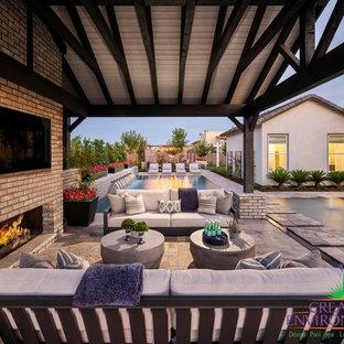 Geometrischer, Großer, Halbschattiger Klassischer Garten im Sommer, hinter dem Haus mit Kamin und Betonplatten in Phoenix