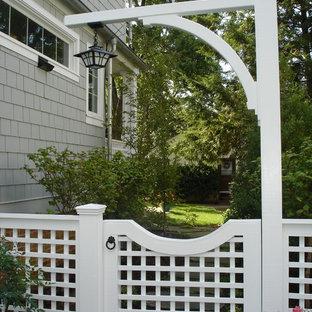 ワシントンD.C.の小さいエクレクティックスタイルのおしゃれな横庭 (庭への小道、天然石敷き) の写真