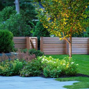 Modelo de jardín clásico renovado, en patio trasero, con adoquines de piedra natural