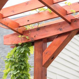 Idéer för att renovera en liten eklektisk trädgård i delvis sol på sommaren, med en köksträdgård och naturstensplattor