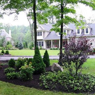 Неиссякаемый источник вдохновения для домашнего уюта: большой весенний участок и сад в классическом стиле с растениями в контейнерах, полуденной тенью и покрытием из каменной брусчатки