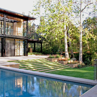 This is an example of a modern backyard landscaping in Los Angeles.