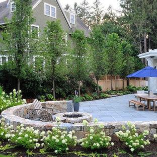 Geometrischer, Großer, Halbschattiger Klassischer Garten im Sommer, hinter dem Haus mit Natursteinplatten in Boston